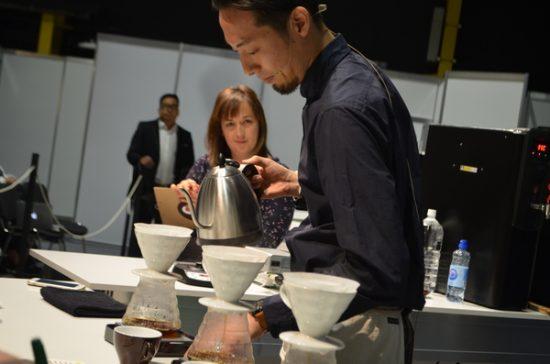 """باریستا """" تِتسو کاسویا """" از ژاپن با یک روش افتخار آمیز و درعین حال جدید و نوآورانه ، قهرمان مسابقات جهانی قهوه دمی سال 2016 شد ."""
