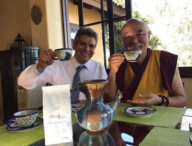 آلدو نرو وتابتنوانگچن، مدیر خانه تبتدر بارسلونا و عضو پارلمان تبتی در تبعید از اروپا، در حال نوشیدن قهوه گواتمالایی از یکواندولا. عکس: لورنا وانگ