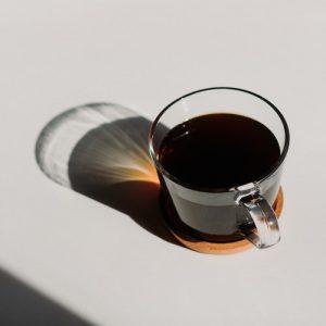 یک فنجان قهوه تلخ آماده برای لذت بردن.