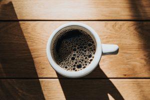 یک فنجان قهوه تلخ تازه دم.