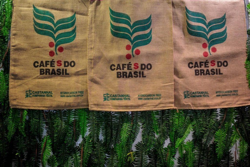 Cafés do Brasil: کیسه های کنفی برزیلی که در هفته بین المللی قهوه 2017 به نمایش گذاشته شده اند. عکس: ویتور ماکدو