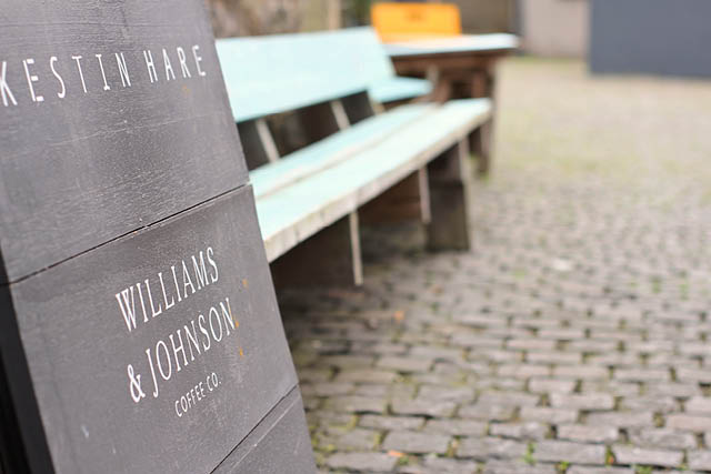 محوطه ی بیرونی Williams & Johnson Coffee Co.. عکس:Exploredi
