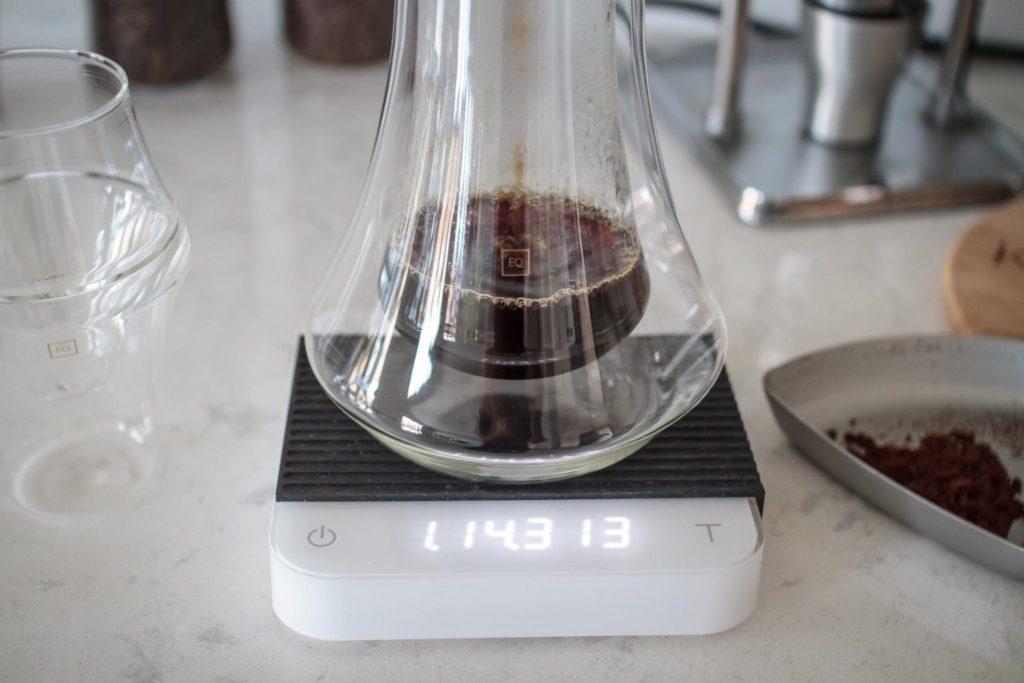 دم کردن قهوه به طور مستقیم در تُنگ KRUVE EQ. عکس: KRUVE