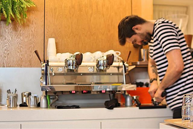 یک باریستا در حال انجام کار در Lowdown Coffee.عکس:Exploredi