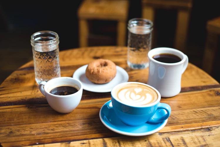 قهوه های مختلف که در ماگ های مختلف سرو می شوند و هر کدام بر تجربه مصرف کننده اثر می گذارد.