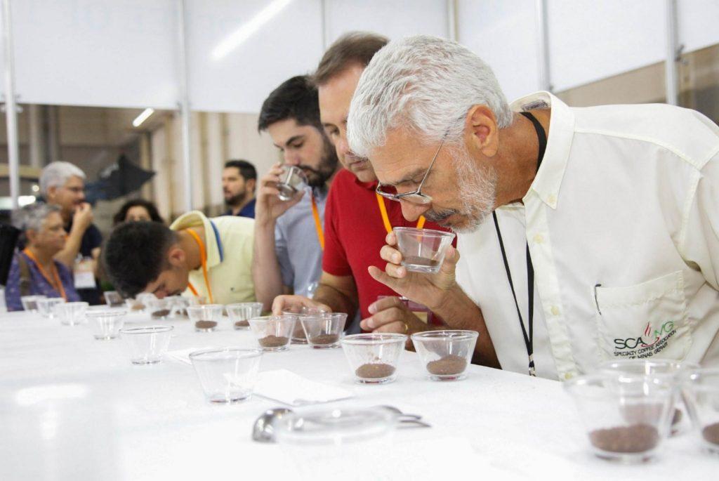 فنجان زدن نمونه های قهوه در هفته بین المللی قهوه 2017. عکس: برونو لاوراتو