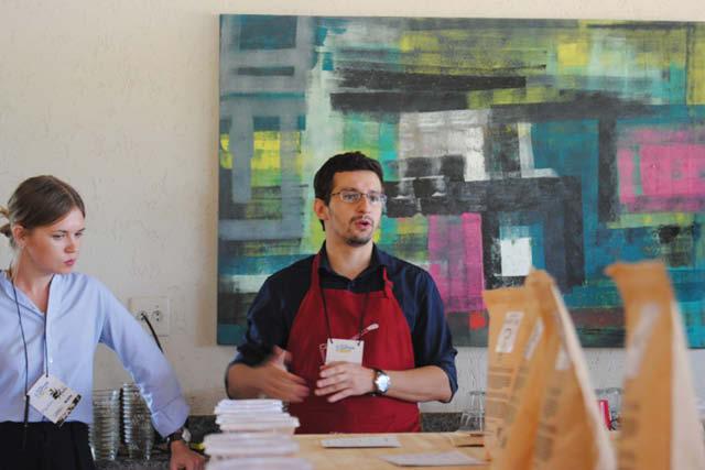 جلسه فنجان زنی، با آموزش پروتکل، در جشنواره PDG Micro Coffee برزیل.