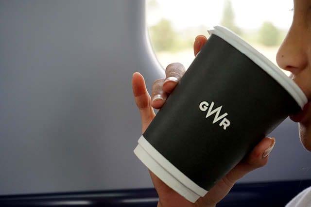 مصرف کنندگان بریتانیایی از چای و قهوه در حرکت لذت می برند. عکس: نیکول مونتوکس