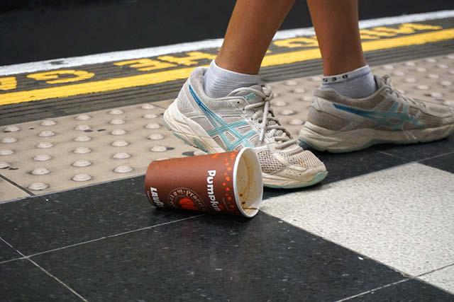 تقریبا تمام فنجان های یکبار مصرف هرگز بازیافت نمی شوند. عکس: نیکول متئو