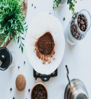 قهوه آسیاب شده در یک دستگاه پور اُوِر