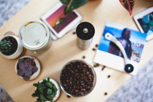 دانه های قهوه و یک آسیاب دستی