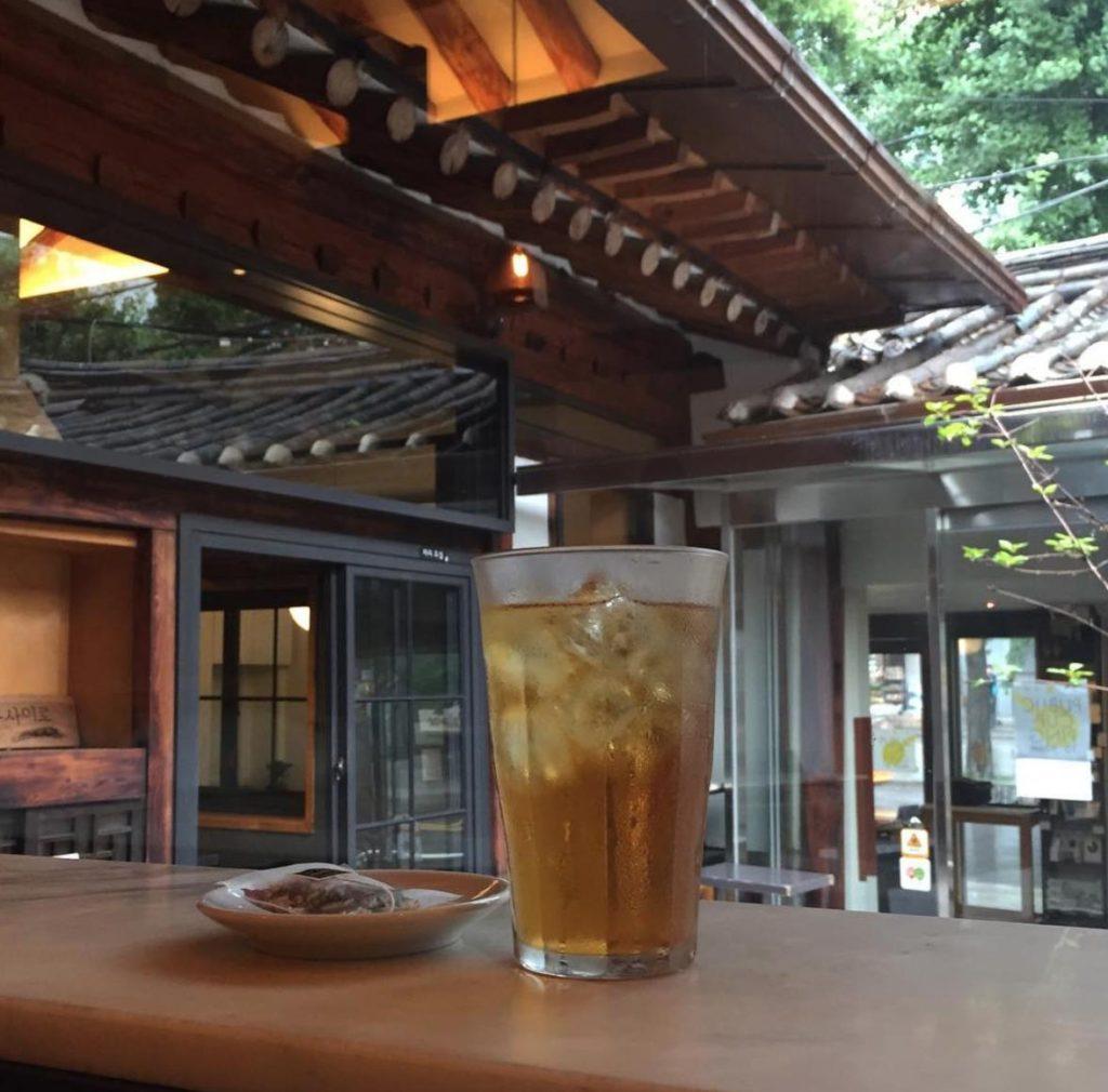 یک چای سرد ( آیس تی ) به همراه کلوچه در ناموسایرو
