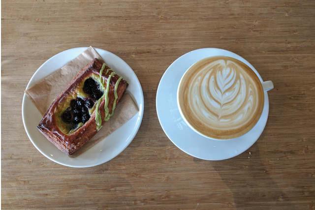 قهوه و شیرینی آماده برای لذت بردن است. عکس: دانیل مولینارس