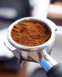 قهوه تازه آسیاب شده در پُرتافیلتر