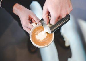 یک قهوه چی نوشیدنی با پایه اسپرسو را آماده می کند