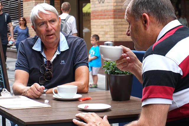 بازدیدکنندگان لندن برای نوشیدن قهوه توقف می کنند. عکس: نیکول متئو