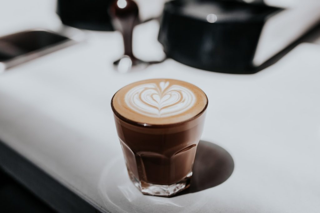 یک لیوان قهوه با هنر لاته