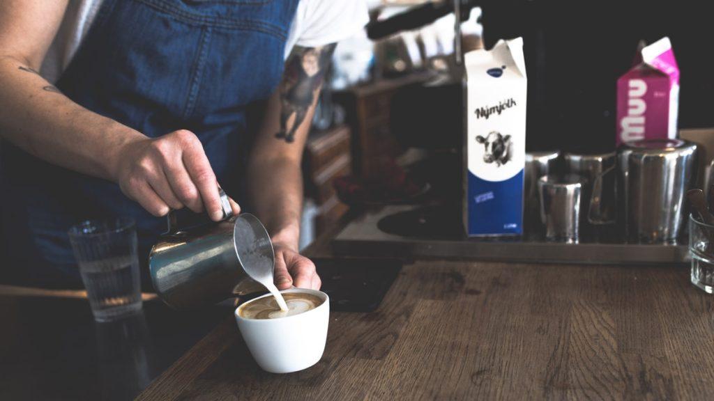 ریختن شیر کفی به درون قهوه