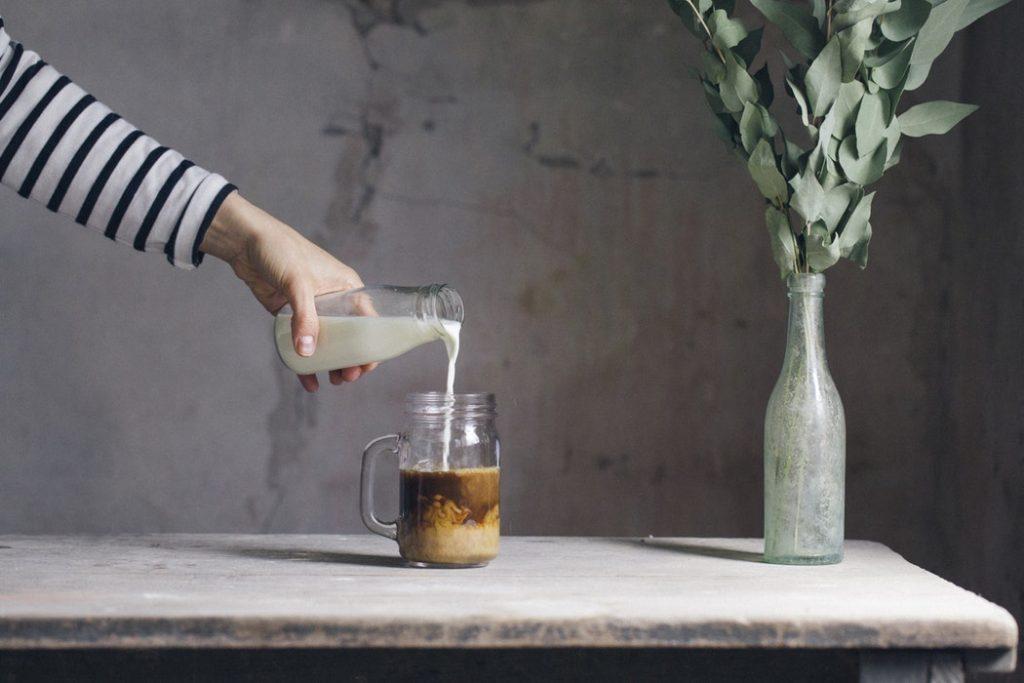 اضافه کردن شیر سرد به لیوانی از قهوه