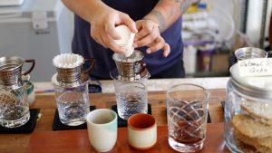 یک قهوه چی در Linear Coffee Roasters مقدار مشخصی از قهوه آسیاب شده را به فیلتر کالیتا وِیو اضافه می کند