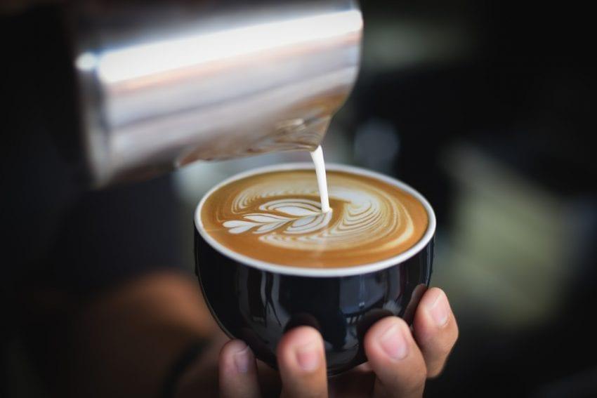 یک قهوه چی طرح لاته درست می کند