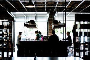 قهوه چی که در ایستگاه مرکزی قهوه چی در حال کار است