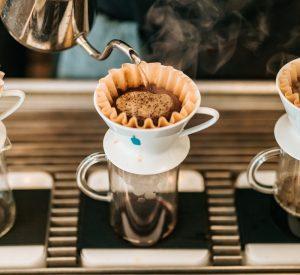 غنچه های قهوه در یک دستگاه پُراُوِر