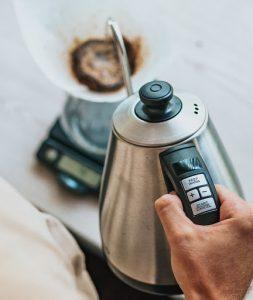 ریختن آب بر روی قهوه
