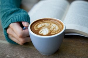 خواندن به همراه نوشیدن قهوه