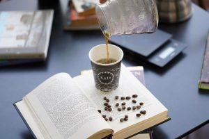 قهوه فیلتری بیرون بر یا قابل نوشیدن در کافی شاپ به همراه یک کتاب خوب