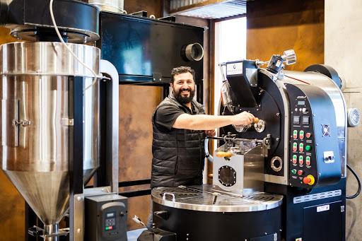 جورج آنجِلی یکی از بنیانگذاران Kuhl-Cher Coffee تجهیزات برشته کردن خود را وارسی می کند