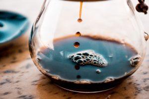 قهوه به درون کِمِکس می چکد