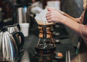 یک قهوه چی از یک V60 به همراه یک کتری اِستَگ استفاده کرده است