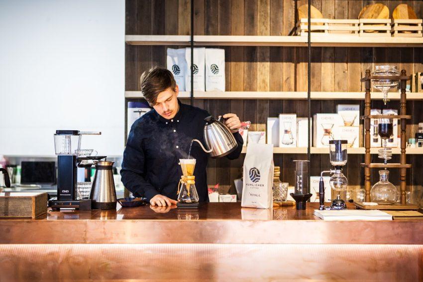 روی ادوارد کرمین (قهوه چی) مهارت های پُراُوِر خود را اصلاح می کند