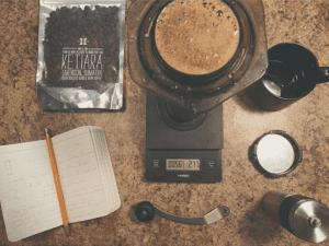 استفاده از یک ریفراکتومتر برای اندازه گیری مواد حلال در آکادمی قهوه کاراکاس ونزوئلا