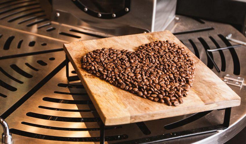 دانه های قهوه در شمایل یک قلب