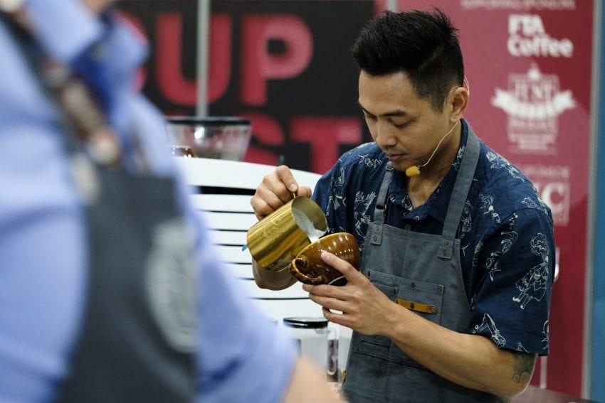 یک قهوه چی در MICE 2019 طرح لاته خود را می ریزد