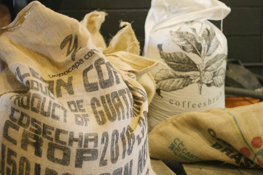 کیسه هایی از دانه سبز قهوه