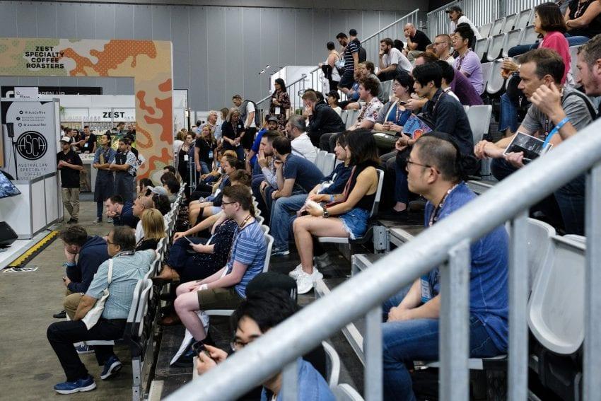شرکت کنندگان مسابقات را با علاقه نگاه می کنند