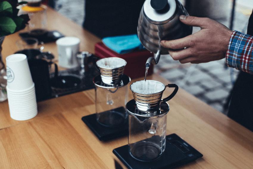 یک قهوه چی قهوه پُراُوِر درست می کند
