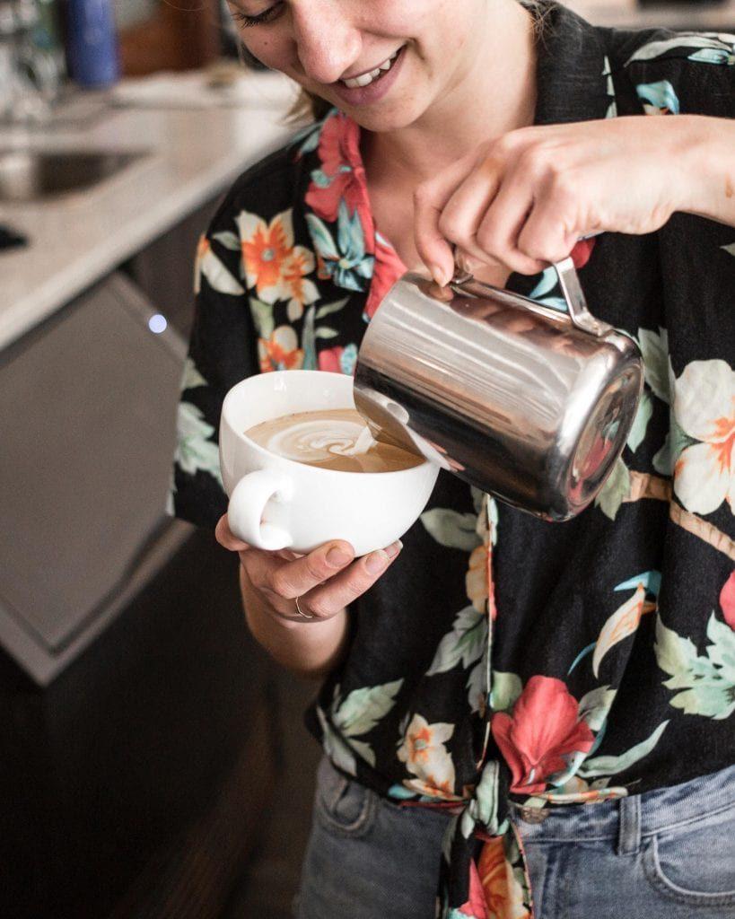 یک قهوه چی قهوه را بدرون یک لیوان می ریزد