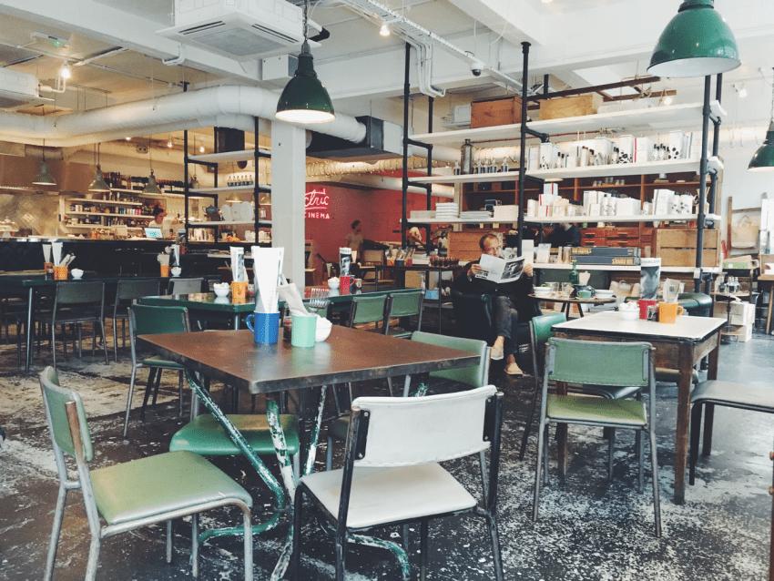 میزهای خالی و عدم وجود صف به این معنا است که به کارمندان کمتری نیاز است