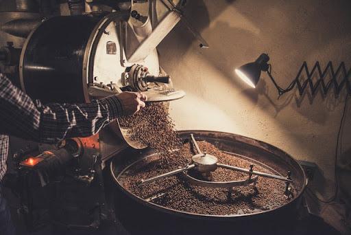 قهوه های برشته شده از برشته کننده به بیرون ریخته می شوند