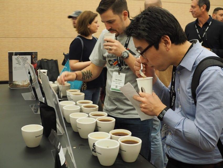 یکی از بسیار جلسه تست قهوه در نمایشگاه بوستون
