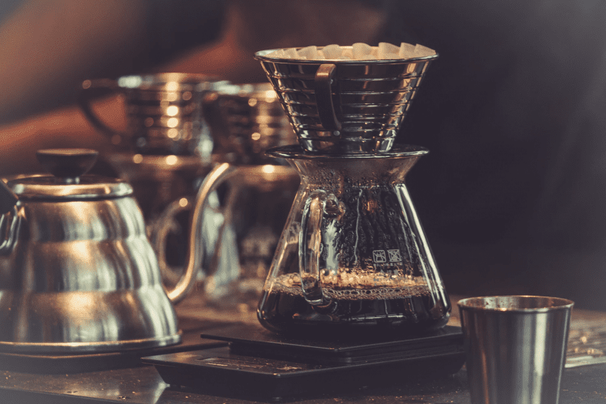 قهوه دم شده بدرون یک کالیتا ویو با کف مسطح دریپ (چکیده) می شود