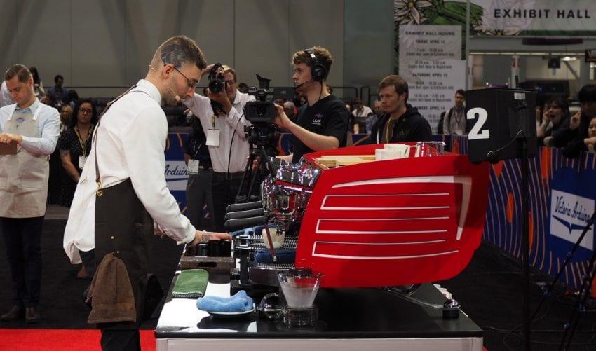 وُجتک بیالکزاک در مرحله پایانی قهرمانی قهرمانی قهوه چی، نوشیدنی های اسپرسو خود را آماده می کند