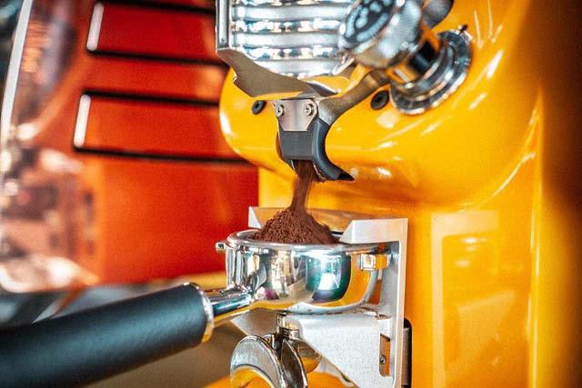 آسیاب قهوه در پرتافیلتر. عکس: ویکتوریا آردوینو