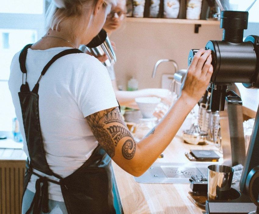 باریستا در حال تهیه نوشیدنی در دابل بی. عکس: قهوه و چای دابل بی