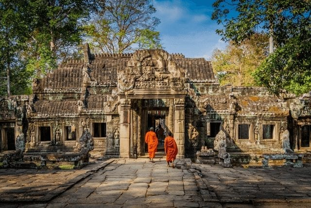 راهبان وارد یکی از معابد فراوان انگکور وات می شوند