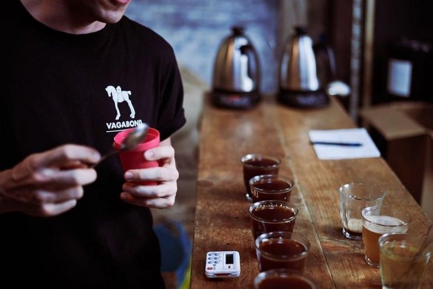 تست کردن قهوه در Vagabond Coffee Roasters